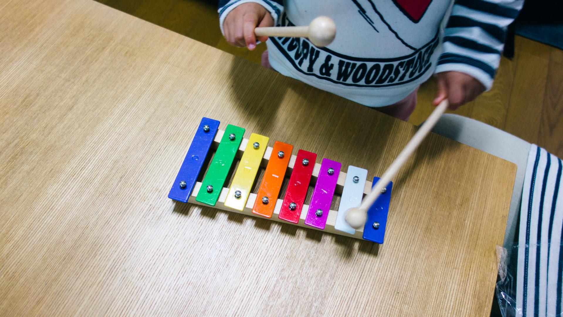 おもちゃの鉄琴で音楽生活を始めてみました。